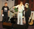 Tomáš předáva Vláďovi dárek - gramofonová deska s Elvisem